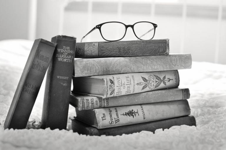 Cartea de pe noptiera. 5 Titluri cu care sa iti ocupi timpul inainte de a te culca
